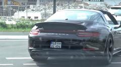 La Porsche 911 Targa GTS surprise complètement nue sur la route