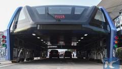 """Chine : voici le premier bus """"surélevé"""" pour enjamber les embouteillages"""