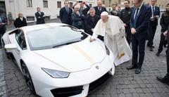 Le pape va vendre une Lamborghini Huracan bénie par ses soins