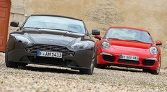 Essai Aston Martin V8 Vantage 420 ch vs Porsche 911 Carrera S 400 ch : Duel d'anthologie