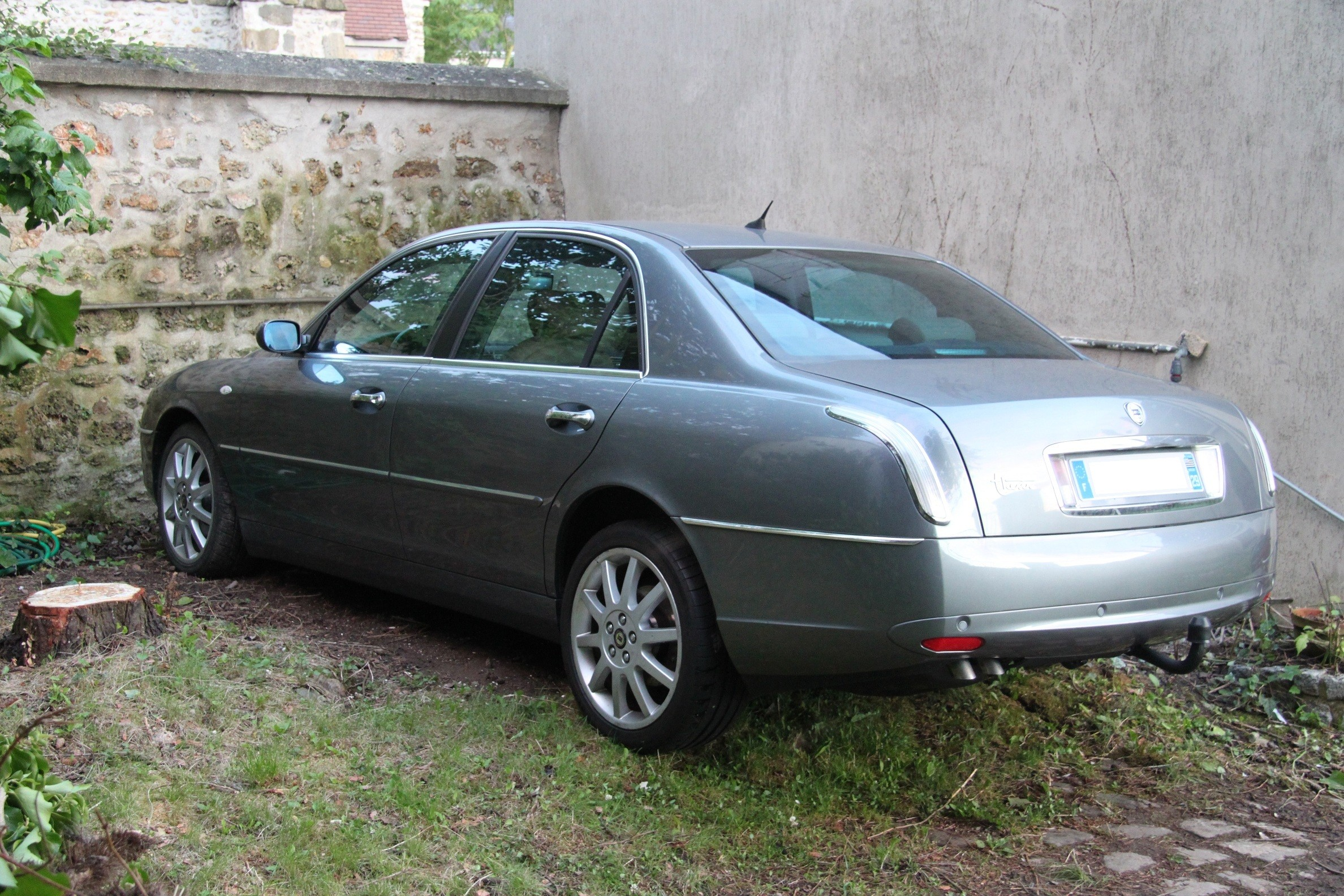 lancia thesis forum 2002 lancia thesis the thesis is lancia's own inimitable interpretation of the big prestige saloon theme the lancia thesis features clean, uncluttered form the side line starts from the front wing and runs unbroken along the car's waistline from headlamp to tail-light.