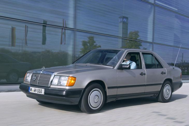 marche arri re les 30 ans de la mercedes w124 auto titre. Black Bedroom Furniture Sets. Home Design Ideas