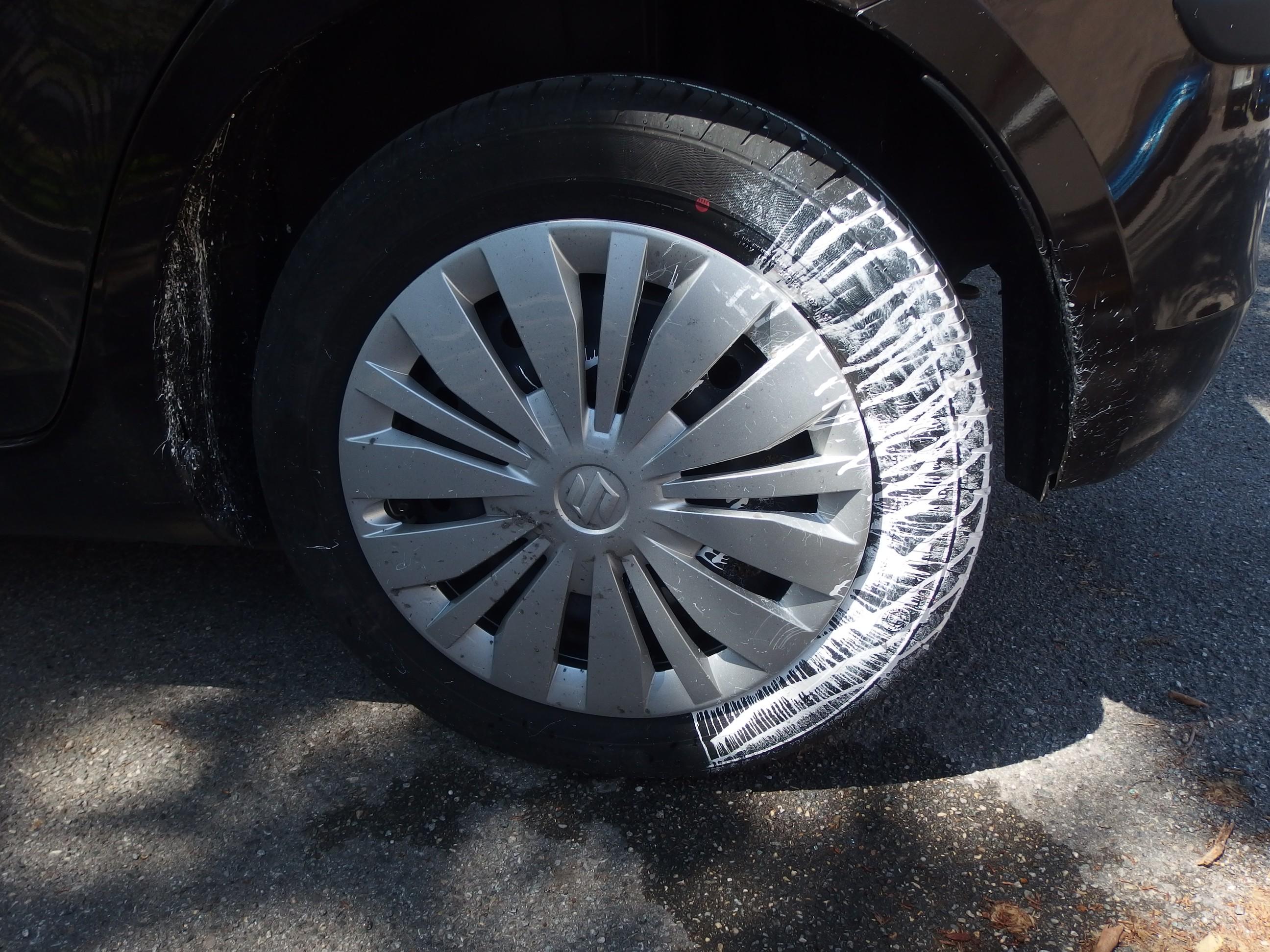 Enlever une tache de peinture sur voiture - Comment enlever des traces noires sur un mur exterieur ...