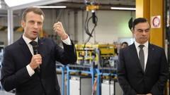 """Emmanuel Macron promet d'aller """"beaucoup plus loin"""" pour compenser la hausse du prix de l'essence"""
