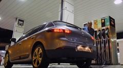 Gilets jaunes : la hausse de la taxe sur les carburants suspendue six mois