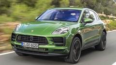 Le vieux Porsche Macan essence à côté du nouvel électrique
