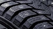 Les pneus cloutés, l'arme ultime sur la route en hiver