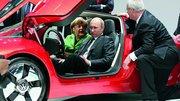 La Chancelière Angela Merkel et le Président Vladimir Poutine visitent le stand Volkswagen