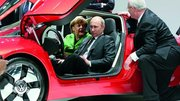 Merkel et Poutine s'attardent sur le stand Volkswagen à Hanovre
