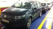 Le futur Volkswagen Touran, nu dans un parking