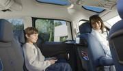 Parents grossiers et enfants en confiance en voiture