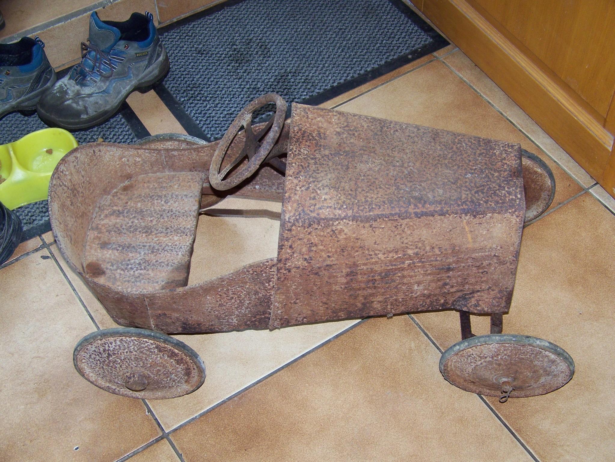 9cd92c9f37119b bonjour, je suis a la recherche d info concernant une voiture a pedale que  j ai restauré, je ne connais ni la marque, ni l epoque ni la forme  originale de ...